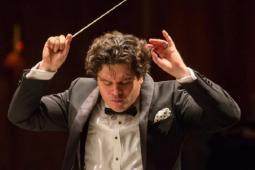 Romanul Cristian Macelaru conduce din aceasta toamna Orchestra Nationala a Frantei